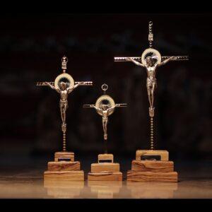 Cruz de metal con crucifijo en base de madera de olivo de Belén